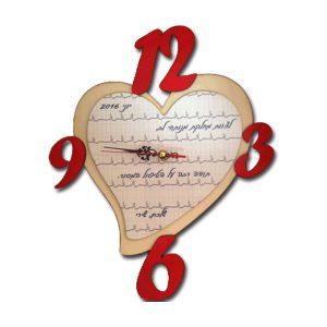 שעון לב מעץ